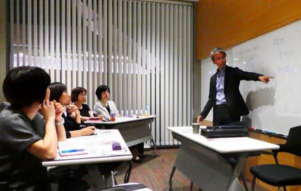 ファイナンシャルプランナー向け勉強会で講演する野尻氏(右)(福岡市)