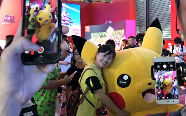 中国ではキャラクターとのふれあいを楽しむファンが目立った(8月、上海市)