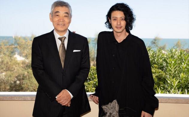 「ある船頭の話」でベネチア国際映画祭に参加したオダギリジョー(右)と主演の柄本明 (c) Kazuko Wakayama