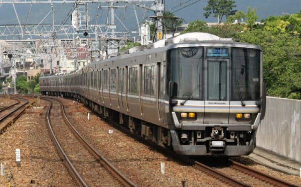 5代目車両の223系は最高時速130キロ運転に対応した車両(JR神戸線のさくら夙川駅)