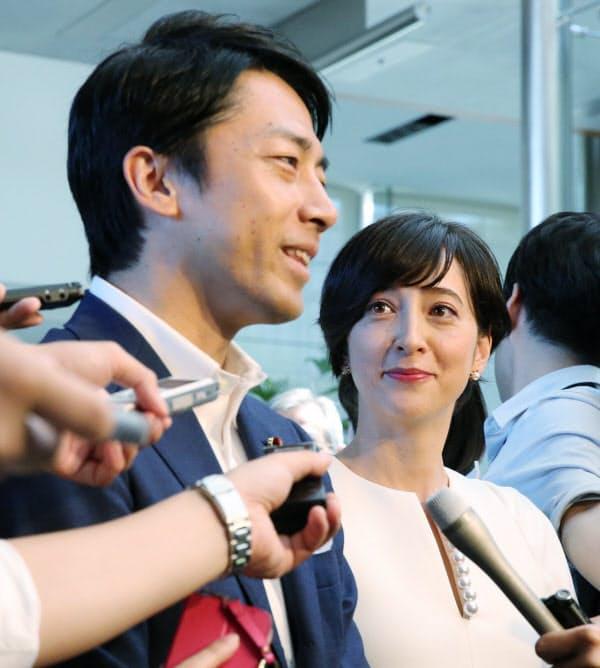 安倍首相に結婚すると報告し、取材に応じる小泉進次郎氏(左)と滝川クリステルさん(8月7日、首相官邸)