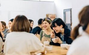CRAZYは毎日社員全員でランチする制度を設け、コミュニケーションを促す
