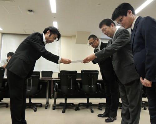 文部科学省の担当者に要望書を手渡す全国高等学校長協会の萩原聡会長(右から2人目)