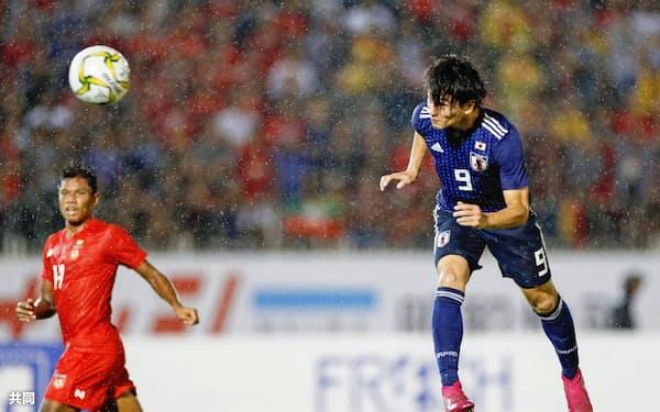 前半、2点目のゴールを決める南野=右(10日、ヤンゴン)=共同