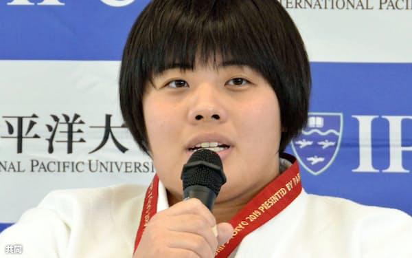 柔道世界選手権の優勝報告会で、喜びを語る女子78キロ超級の素根輝(10日、岡山市の環太平洋大)=共同