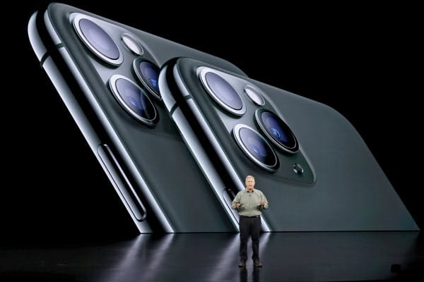 「Pro」は3つのカメラで広角で撮影をしたり、より解像度の高い写真を撮ったりできるようにした(10日、クパチーノ)=ロイター