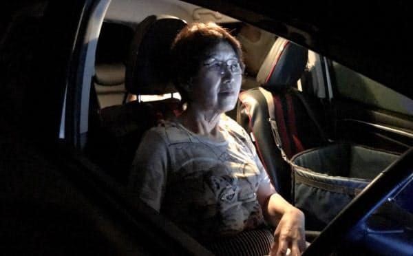 停電して蒸し暑い自宅を避け、車内で過ごす人(10日夜、千葉県八街市)