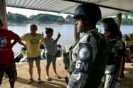 中米グアテマラとの国境付近を警備するメキシコの治安部隊(メキシコ南東部シウダイダルゴ)=ロイター
