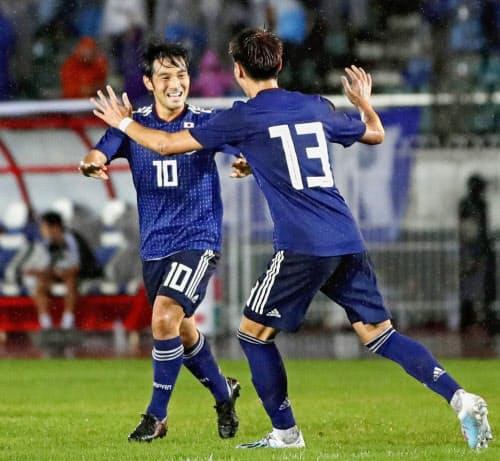 日本―ミャンマー 前半、先制ゴールを決め橋本(13)と喜ぶ中島=共同