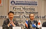 10日、タイ・バンコクで記者会見する日本損保協会の伊東祐次常務理事(右)とタイ損保協会のアノン会長