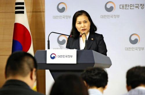 ソウル市内でWTO提訴について記者会見する韓国産業通商資源省の兪明希通商交渉本部長(11日、聯合=共同)