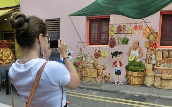 シンガポールの街中に現れた「名探偵コナン」のイラスト。同国が舞台の劇場版を記念して、現地のストリートアーティストが描いた(7月、シンガポールのチャイナタウン)