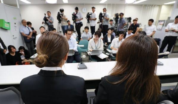 控訴審判決を受け、記者会見する高田拓海さんの遺族(11日、大阪市北区)