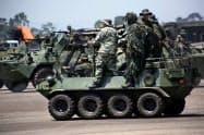 10日、コロンビアに対抗するための軍事演習に参加するベネズエラ軍の兵士(西部ラ・フリア)=ロイター