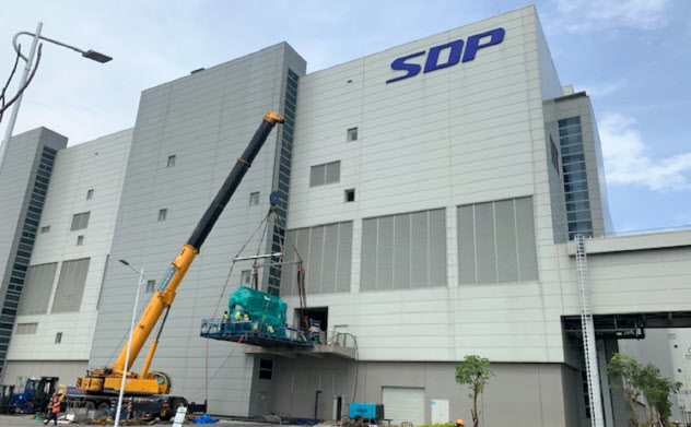 鴻海・郭氏と広州市政府側が共同出資し建設中の液晶パネル工場(8月、広州市)