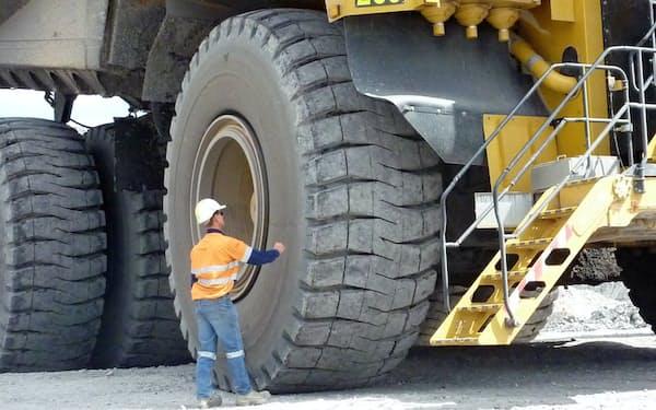ブリヂストンは鉱山などで稼働する超大型ダンプトラック向けのタイヤにセンサーを搭載し状況をモニターしている