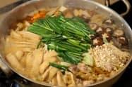 鶏肉やキャベツ、ニラ、油揚げなど12種類の食材を使用(試食用の大鍋)