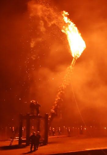 傘に炎が立ち上がると灯籠木を引き倒す(京都市左京区)