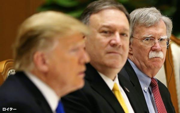 トランプ大統領やポンペオ国務長官(中央)と外交政策で対立してきたボルトン大統領補佐官(右端)は10日、