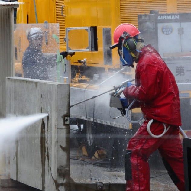水圧でコンクリートを削るウオータージェット工法の技術を高める