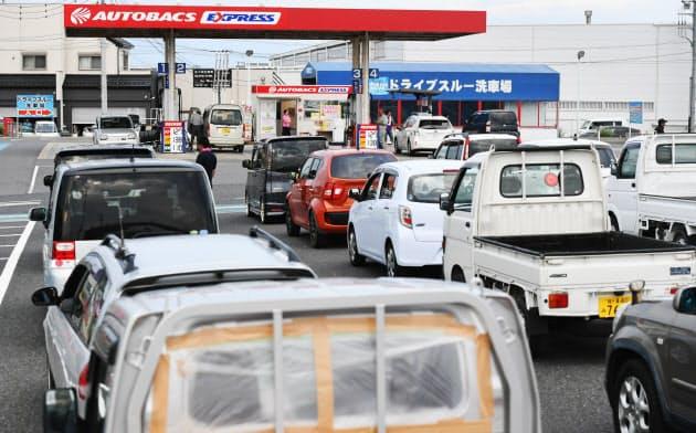 給油待ちの行列ができたガソリンスタンド(11日、千葉県木更津市)