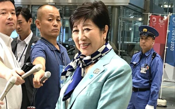 内閣改造について記者団の質問に答える小池知事(11日、都庁)