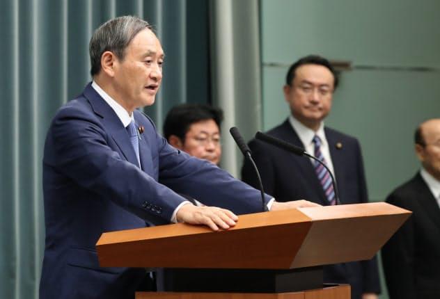 閣僚名簿を発表する菅官房長官(11日、首相官邸)
