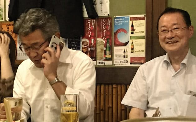 武田良太氏は10日夜、居酒屋にいるときに入閣を伝えられた(左)。隣は同じ二階派の河村建夫会長代行