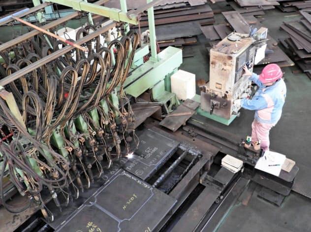 女性にも切断機械やクレーンの操作を任せる(北海道恵庭市)
