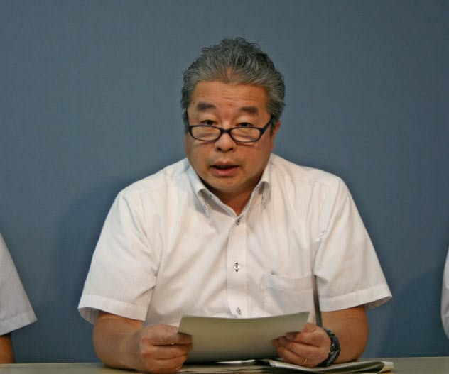 記者会見する甲府財務事務所の赤平所長(11日、甲府市内)