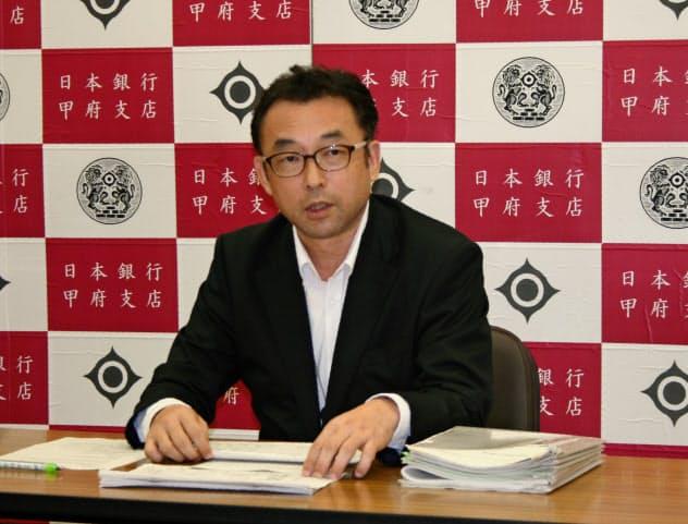 記者会見する日銀の三木支店長(11日、日銀甲府支店)