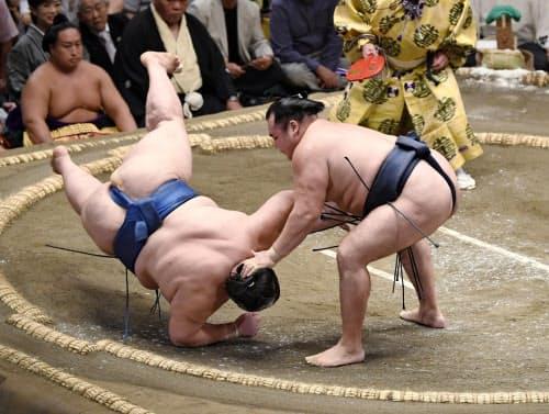 鶴竜が肩透かしで逸ノ城を破る(11日、両国国技館)=共同