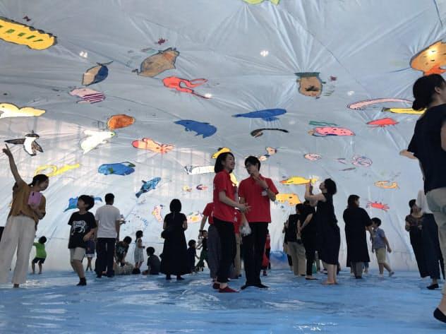 まるで海の中にいるような空間を小学生の手で作った(新潟市)