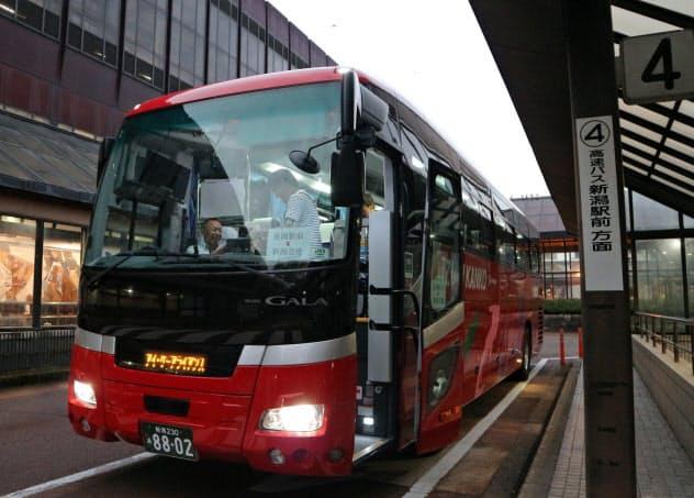 長岡駅を5時30分に出発する新潟空港行きの早朝バス(11日、長岡市)
