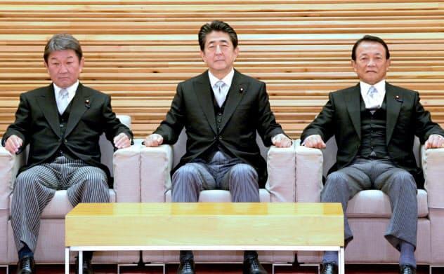 第4次安倍再改造内閣が発足し、初閣議に臨む安倍首相ら(11日、首相官邸)