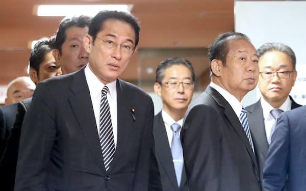 自民党総裁室を出る岸田政調会長(左)と二階幹事長(11日、自民党本部)