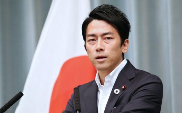 初閣議後、記者会見する小泉進次郎環境相(11日、首相官邸)