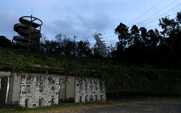 台風の影響で倒れた鉄塔(11日、千葉県君津市)