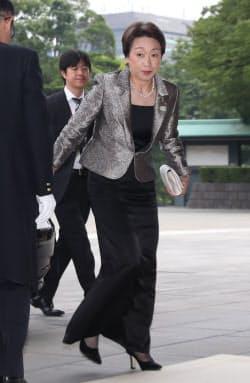 皇居での認証式に向かう、五輪相に決まった橋本聖子氏(11日、皇居・宮殿の南車寄)