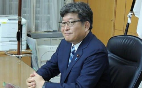 文部科学相に就任し、大臣席に座る萩生田光一氏(11日夜)
