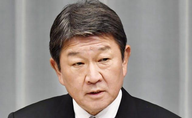 記者会見する茂木敏充外相(11日夜、首相官邸)=共同