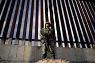 米との国境近辺を警備するメキシコの国家警備隊の隊員(メキシコ北部シウダフアレス)=ロイター