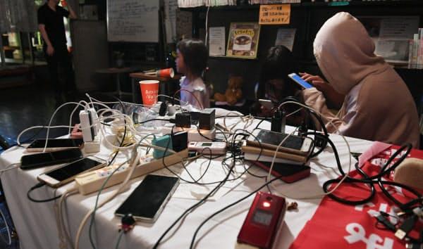千葉の停電では携帯電話の充電ができなくなった(君津市の公民館で非常用電源から充電する人たち)