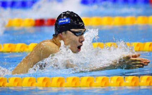 男子100メートル平泳ぎ(知的障害)決勝 1分4秒95の世界新記録で優勝した山口尚秀(11日、ロンドン)=共同