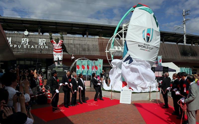 JR別府駅前には開幕1年前からラグビーボールを模した巨大砂時計が置かれた(2018年10月、大分県別府市)