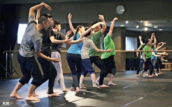 北九州芸術劇場が企画・制作したダンス作品の稽古風景(8月29日、北九州市)=共同