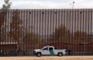 トランプ政権はメキシコ国境における不法移民の流入阻止を公約に掲げる=AP