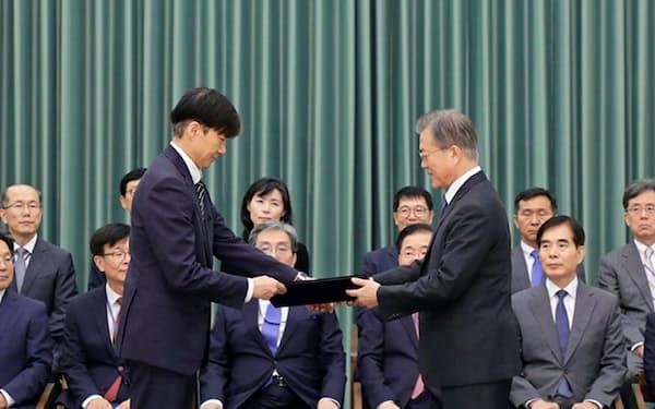 曺国氏(左)に法相の任命状を渡す文在寅大統領(9日、ソウル)=韓国大統領府提供
