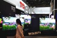 独家電見本市「IFA」では中国勢の8Kテレビが目立った(TCLのブース、独ベルリン)