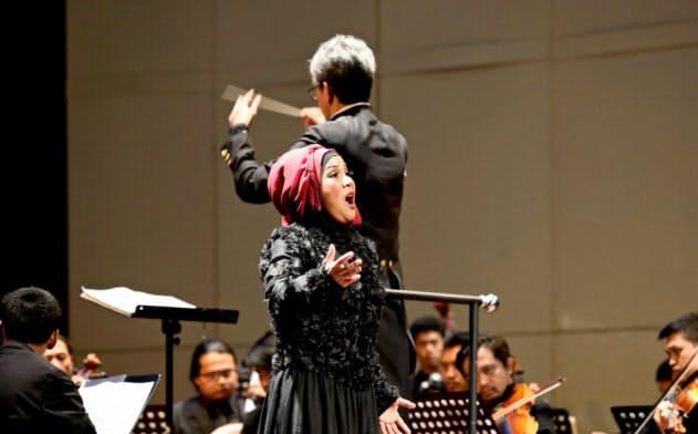 ジャカルタ・シティ・フィルと共演するインドネシアのソプラノ歌手、アニン・カタムシ(7月22日、ジャカルタ)